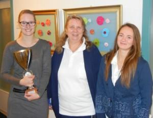 Die hauswirtschaftliche Betriebsleiterin Nicol Kahns mit den beiden AZUBIS Milena Bünning (li.) und Vanessa Sack (re.)