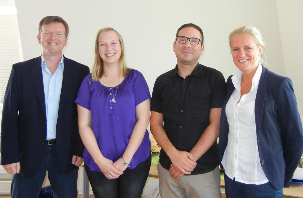 BRÜCKE-Geschäftsführer Frank Nüsse mit Miriam Menke und Cagatay Kaya und BRÜCKE-Personalleiterin Stefanie Bender bei einer kleinen Feier zum Ausbildungsabschluss
