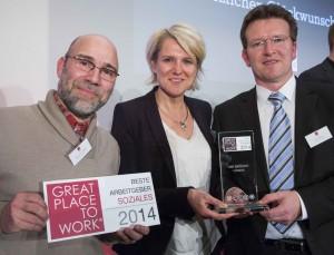 Frank Nüsse (Geschäftsführer), Stefanie Bender (Personalleiterin) und Matthias Göpfert (Qualitätsbeauftragter) bei der Preisverleihung in Berlin (Foto: Gero Breloer für Great Place to Work®)