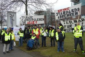 """Demonstranten am 1. Dezember 2016 vor der """"Arbeits- und Sozialministerkonferenz"""" in Lübeck"""