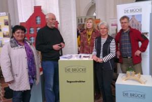 Ehrenamtler und Mitarbeiter der BRÜCKE bei der Ehrenamtsmesse in der Petri-Kirche im März 2014 (Foto BRÜCKE)