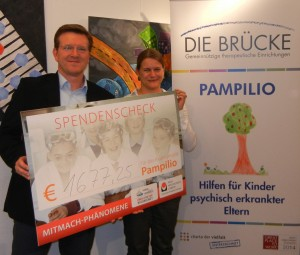 """BRÜCKE-Geschäftsführer Frank Nüsse und die Leiterin von Pampilio, Diana Kuchenbecker, bedankten sich für die Spende zu Gunsten des Kinderprojektes """"Pampilio"""""""