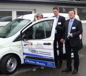 Sie sagen DANKE bei der Fahrzeugübergabe: Wäschereileiterin Annette Böttcher, ADiNet-Leiter Tilman Schomerus und BRÜCKE-Geschäftsführer Frank Nüsse
