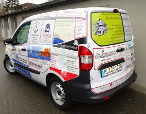 Sponsoren machen durch Werbung auf dem Fahrzeug auf ihr soziales Engagement aufmerksam
