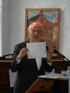 Würdigte die Leistungen von Dirk Wäcken u.a. mit Dokumenten aus der Gründungszeit der BRÜCKE: Günter Ernst-Basten, Vorstand des PARITÄTISCHEN Schleswig-Holstein e.V.