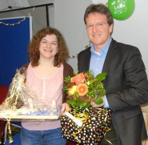 Geschäftsführer Frank Nüsse gratuliert der Kauffrau im Gesundheitswesen, Lena Ingenerf