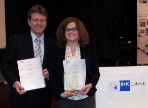 """Freuen sich über die Auszeichnungen der IHK: Frank Nüsse (Geschäftsführer der BRÜCKE Lübeck und Lena Ingenerf (Jahrgangsbeste für den Ausbildungsabschluss """"Kauffrau im Gesundheitswesen"""")"""