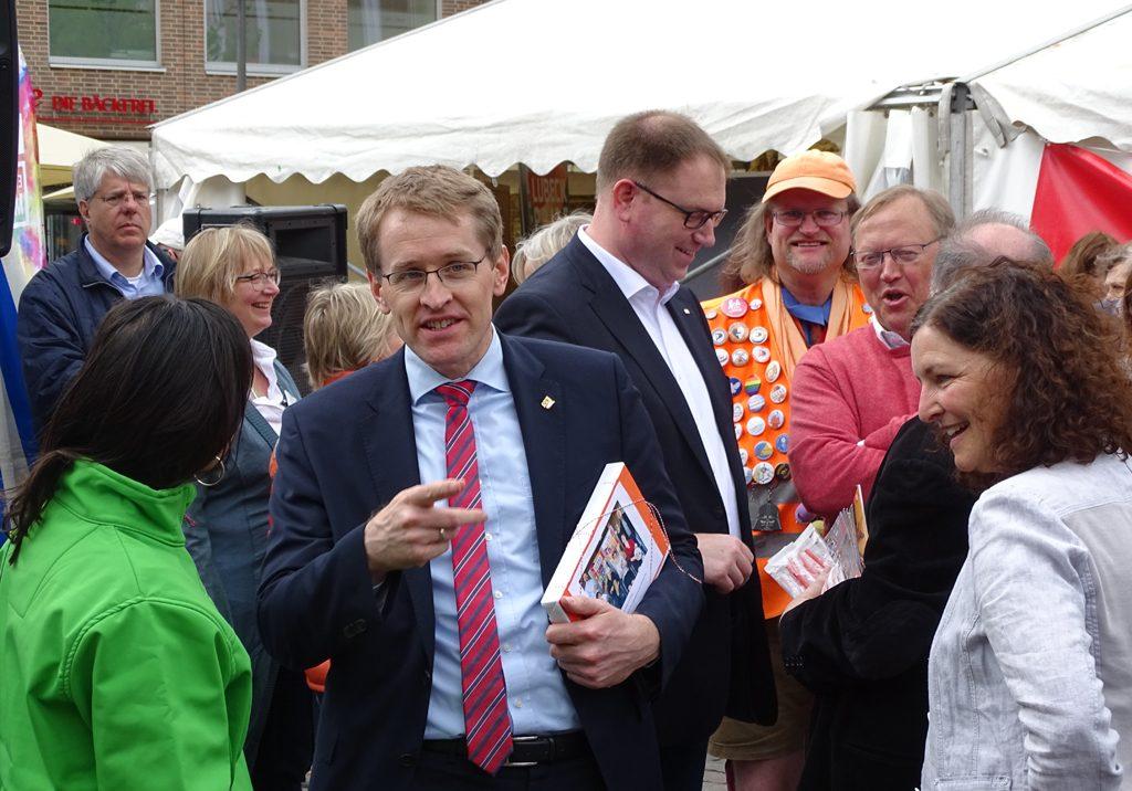 Schirmherr Ministerpräsident Daniel Günther und Bürgermeister Jan Lindenau im Gespräch mit Besuchern