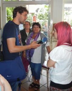 NDR1-Reporter Hauke von Hallern im Gespräch mit Vertretern der BRÜCKE im Tageszentrum Engelsgrube