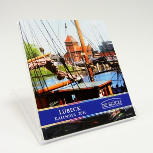 """""""Lübeck im CD-Format"""" passt auf jeden Schreibtisch. 12 Monatsblätter mit verschiedenen Stadtansichten und einem Kalendarium für das Jahr 2016."""