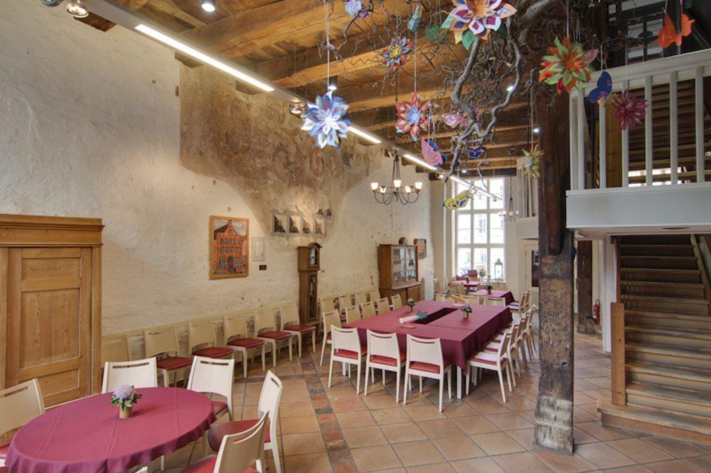 """Die """"Diele"""" im Erdgeschoss bietet Raum für viele Veranstaltungen, z.B. Clubs, Jugend-Treff, Theater und Chor, Trommelgruppe und ist zugleich der Spiele- und Speisesaal."""