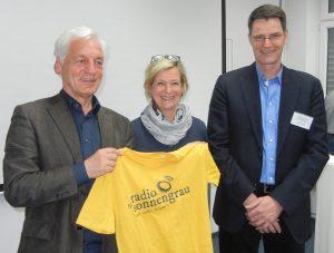 Vom Team der BRÜCKE: Dr. Dietmar Steege (Bereichsleiter Behandlung und REHA), Sabine Schmidt-Glasneck (Leiterin AVISTA) und Tilman Schomerus (Bereichsleiter Arbeit). Mit einem T-Shirt von Radio Sonnengrau. Der Lübecker Internet-Radiosender berichtete kürzlich über REHA-Angebote für psychisch Erkrankte.