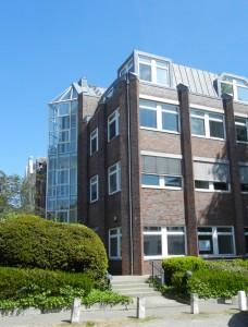 Geschäftsführung und Zentrale Dienste der BRÜCKE gGmbH sowie das Fortbildungsinstitut FoCuS befinden sich seit Mitte Mai 2015 in der 3. Etage der Schwartauer Allee 10 (BRÜCKE) / Katharinenstraße 11 (FoCuS) Foto JH
